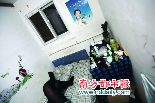 因为房间狭小,租客们进屋后只能呆在床上。
