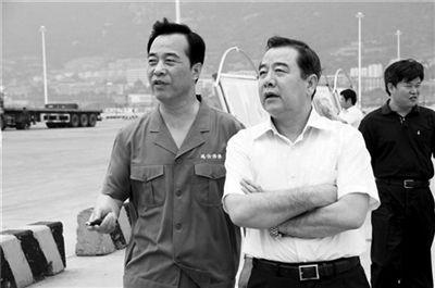 2010年7月,调任中铁集装箱运输集团董事长、总经理、党委副书记的罗金宝(前排右一),履新后到连云港港口调研。