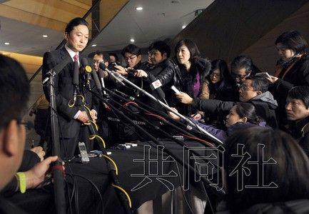 鸠山在北京回答记者提问。