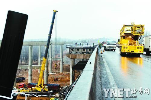 2月3日,河南省交通部门在发生垮塌事故的连霍高速公路义昌大桥上,对义昌大桥爆炸坍塌事故追踪