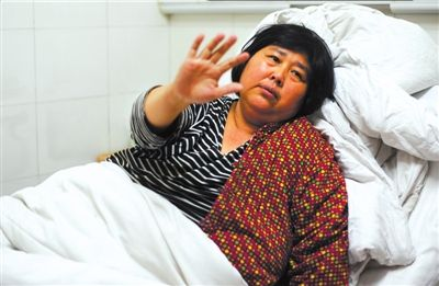 1月8日,袁厉害在医院得知孩子被送到福利院后,挥手说再见。本报记者王苡萱摄