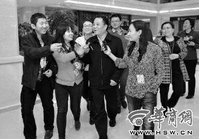 5日下午,在参加完陕西代表团分组讨论后,王培安被媒体记者追问 本报记者 张杰 摄