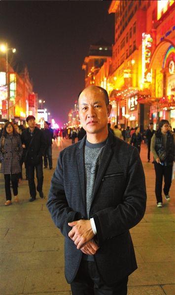 4月2日晚,张高平在北京王府井大街。京华时报记者谭青摄