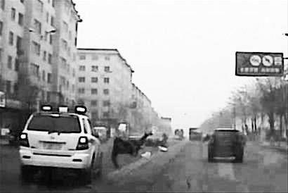 撞人现场视频截图。