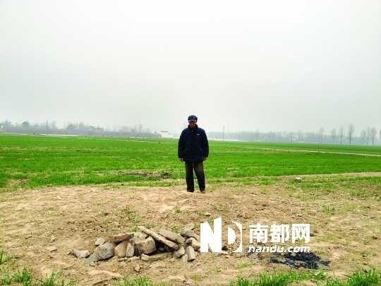 张富春父亲在墓碑砸死人事发现场。资料图片