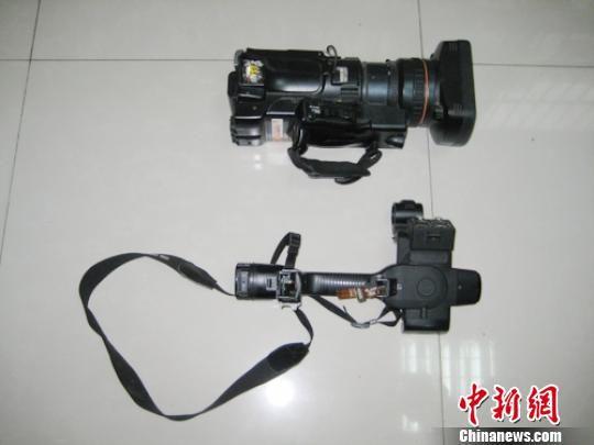 图为现场被砸坏的摄像机。 电视台提供 摄