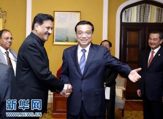 5月21日,中国国务院总理李克强在孟买会见马哈拉施特拉邦首席部长查万。 新华社记者鞠鹏摄