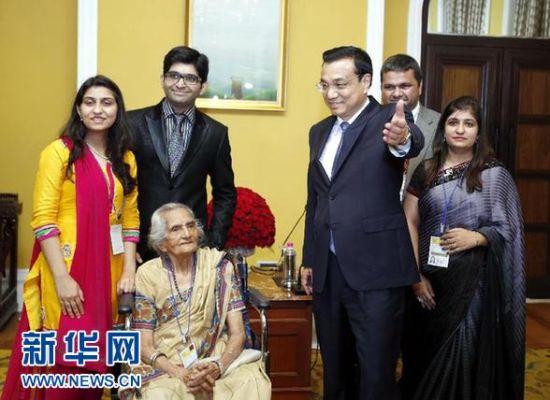 5月21日,中国国务院总理李克强在孟买会见柯棣华大夫的妹妹马诺拉玛等亲属。 新华社记者鞠鹏摄