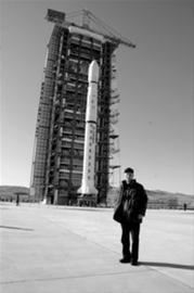 2008年10月,孙敬良在太原卫星发射中心发射现场留影。