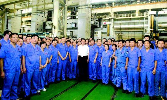 图为:习近平同武汉重型机床集团有限公司工人们在一起。