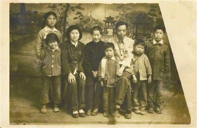 张红兵小时候的全家福。右二张红兵,右三父亲张月升,左二母亲方忠谋。