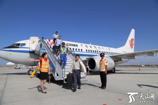 天山网讯(通讯员李瀚麒所以报道)由中国国际航空公司执飞的北京哈密库尔勒往返航线今天(8月27日)早上进行了正式的首航。   哈密机场是进疆航路第一空港。北京至哈密直飞航线的开通,将哈密与首都更加紧密地联系起来,同时通过国航在北京枢纽发达的航线网络,便捷地通达祖国和世界各地,使哈密航运能力得到了进一步的提升,也极大地带动了哈密旅游资源的开发。   随首航团第一次来到哈密的中国国旅旅游度假部副总经理孙立群告诉记者,这条航行的运行,从旅行社产品开发的角度来说意义重大,完全可以打造一条全新的旅游线路。