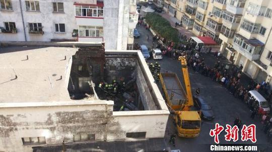 哈尔滨市南岗区一废弃锅炉房房盖发生塌方 解培华 摄