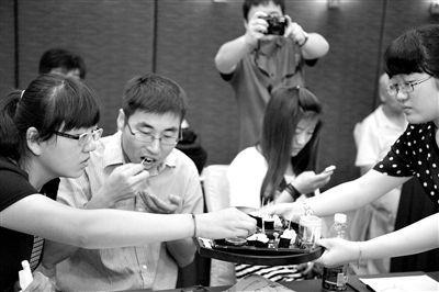 2013年7月13日,北京,媒体记者品尝转基因大米做的寿司。图/CFP