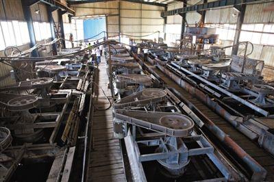 """6月23日,昆明东川通宇选矿厂被查封的选矿车间。这家企业由于非法排污导致东川区小江流域遭受污染变身""""牛奶河""""而被关闭。新京报记者 周岗峰 摄"""