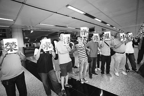 香港反对派19日晚从台湾返港后遭民众抗议。