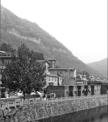 胡万林此次涉嫌非法行医选择的地点,就在这座山下的农家宾馆内。