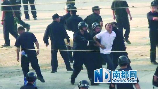 视频截图:警察开始抓捕林朝龙。