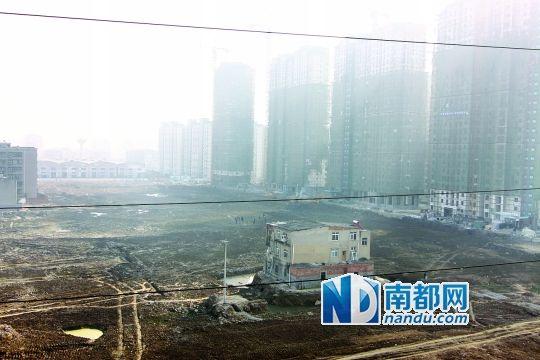 前日,湖北襄阳一房产项目工地,一栋三层民宅孤独矗立在被平整好的地块上。CFP图
