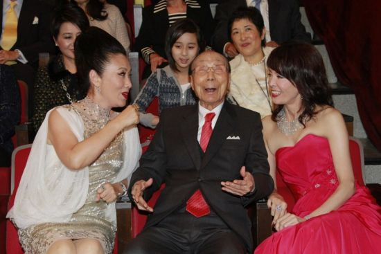 2010年11月19日,103岁的邵逸夫出席香港TVB (无线)43周年台庆,汪明荃和郑裕玲陪伴左右。