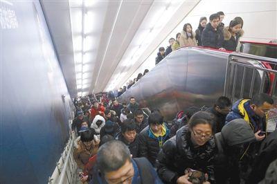 2013年12月18日,10号线国贸站,晚高峰下班的市民在站内换乘。针对地铁调价,昨日有政协委员提出,高峰时段可提高票价。新京报记者 侯少卿 摄