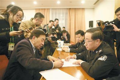 昨日,北京两会政务咨询现场,北京市公安局局长傅政华(右)接受代表咨询。新京报记者 侯少卿 摄