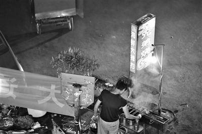 2013年7月,青年路国美第一城小区附近的夜市露天烧烤摊。新京报记者 侯少卿 摄