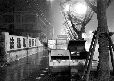 贵州5男孩取暖中毒致死案 2012年11月16日,5名男孩死于街头垃圾箱内。经调查,这5名男孩是因在垃圾箱内生火取暖导致一氧化碳中毒而死亡。据了解,这5个孩子生前长期在外流浪,这些孩子的父母大都外出务工或忙于农事,很少与子女交流。新京报记者 刘刚 摄