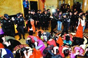 东莞警方组织警力对涉黄场所进行清查。
