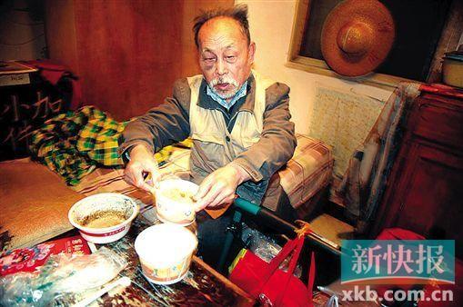 一元钱的白饭,七、八元钱小菜算是钟大爷的午饭,吃不完就留着下顿。