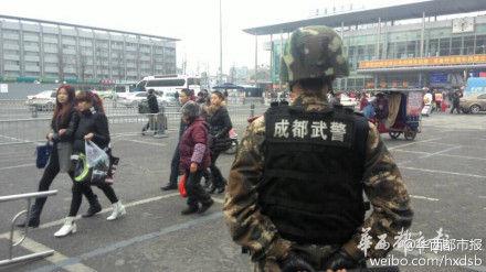 今天中午,前往成都火车北站、火车东站赶车的市民发现,两个火车站广场多出不少持枪的武警特战队员以及武警作战车。