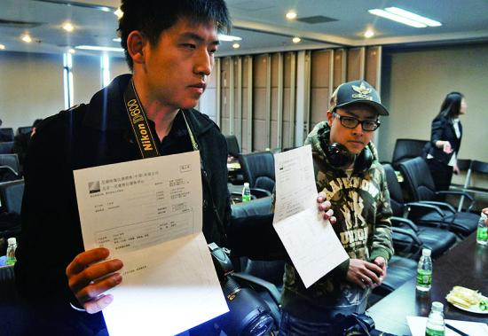 今天上午第一批维权消费者在京签署授权协议 摄/法制晚报记者张雷
