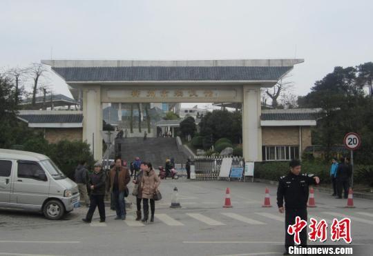 柳州殡仪馆被曝限制鲜花进入 已经取走告示牌