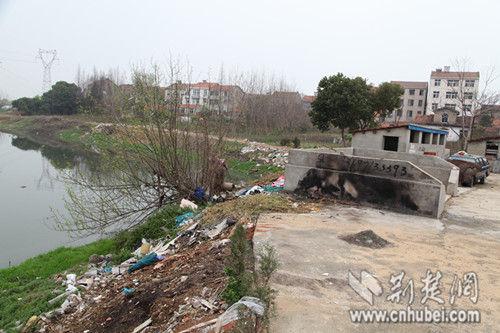 府河支流老县河河滩上生活垃圾遍布,而这些垃圾仅1米开外,就是苏旮旯村的垃圾中转站