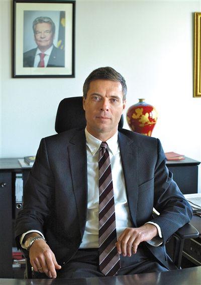 ■ 简历 柯慕贤 生于1961年,1988年进入德国外交部工作,曾担任德国任2007年欧盟轮值主席国事务专员、德国外交部欧洲司司长等职位。自2013年8月30日起,任德国驻华大使。