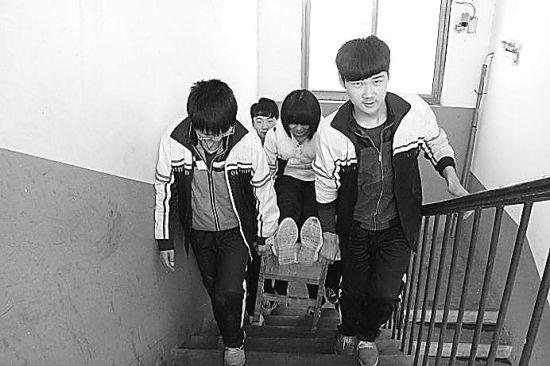魏县几名中学生抬着同学上学堂图片