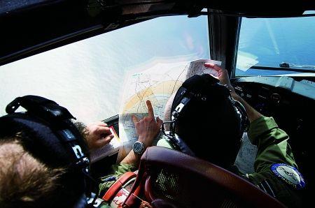 """澳大利亚空军的一架AP-3C型""""猎户座""""式飞机机组人员在南印度洋上空搜寻   新华社 图"""
