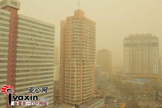 4月3日上午10时30分许,原本多云的首府乌鲁木齐天空刮来阵阵沙尘,能见度一降再降。图为记者在北门附近的一写字楼上拍摄到周边的天气图片。亚心网记者 张磊 摄影