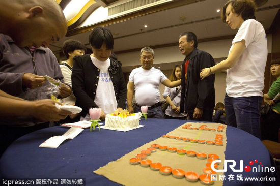 当日是MH370失联一个月的日子,也是乘客冯栋21岁的生日,在丽都饭店的祈福室,父母为他切开蛋糕过生日。