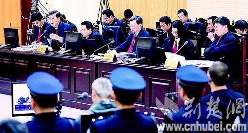 图为:刘汉等10人案辩护人在法庭质证。(图片为本报报道组 摄)