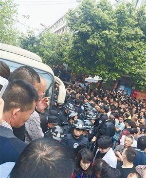 群众将城管车辆围住 据网友cnw0577