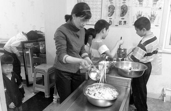 4月20日记者探访时,学生们的晚餐是炒土豆和面条(右图),但张利民吃的是厨房单独做的四菜一汤(左图)