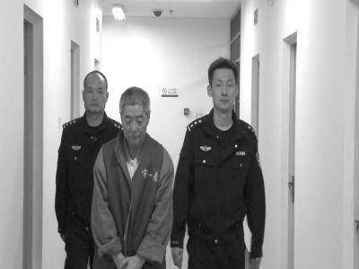 向南夫被带出监室接受提审。警方供图