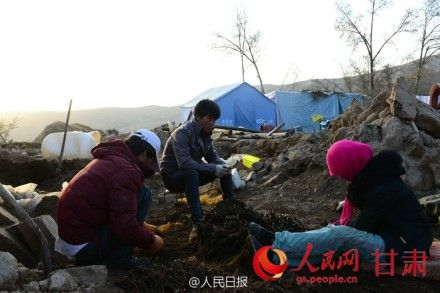 灾民们在帐篷周围干活