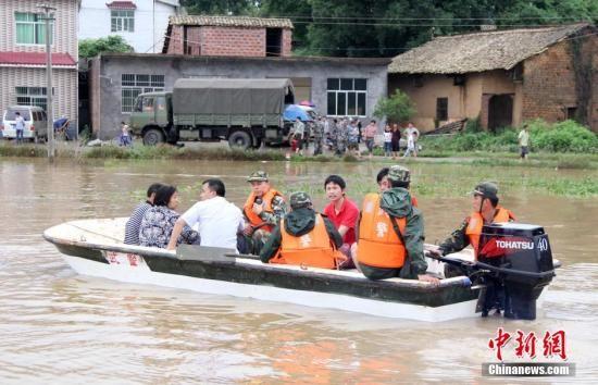 图为5月25日,江西省萍乡市上栗县桐木镇新建村,萍乡武警支队的官兵在解救被洪水围困的村民。谢树舜 摄