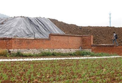 5月24日,平谷东高村镇大旺务村旁的废旧大院里,塑料薄膜仅盖住了一小部分污染土,大部分土仍然裸露着。 新京报记者 薛珺 摄