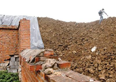 5月24日,平谷东高村镇大旺务村旁的废旧大院,大部分污染土裸露无遮盖。新京报记者 薛珺 摄