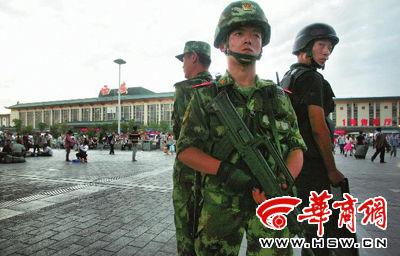 昨日19时许,西安市火车站广场,全副武装的特警与武警在广场上联勤巡逻 本报记者 张喆 摄