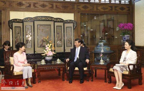 资料图片:2013年6月28日,国家主席习近平在北京钓鱼台国宾馆会见韩国总统朴槿惠。新华社记者 兰红光 摄