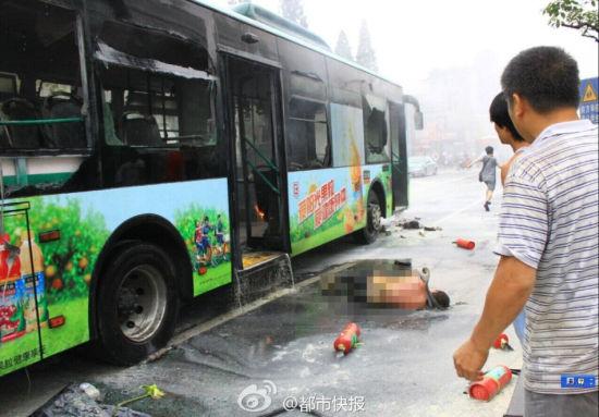 5日下午5时多,杭州市市中心庆春路东坡路交叉口附近,一辆7路公交车发生火灾,事故已造成32人受伤,当时车内有80余乘客。起火原因还在调查中。